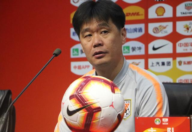 李霄鹏透露4大主力缺席,队长在列,淡然回应竞争中超最佳教练