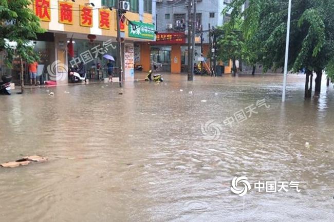 海南广东等地暴雨在线 南方周末暑热再袭