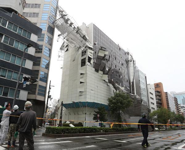 25年来最强台风登陆日本:掀翻屋顶 引发巨大火球