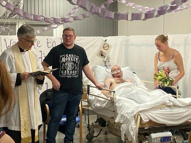 """泪目!英国绝症病人遗愿是""""当新郎"""",离世前7小时在医院办婚礼"""