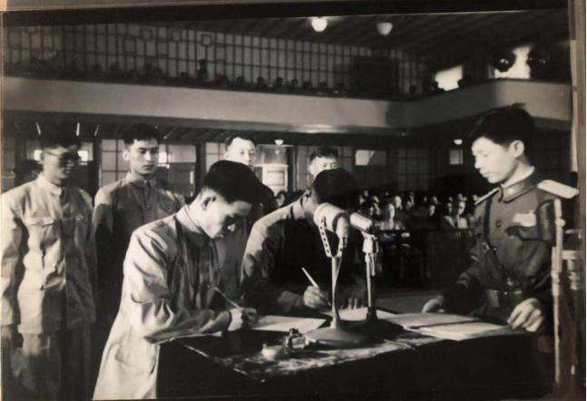 1956年,潘献才(左)到场审讯战犯事情(潘献才供图)