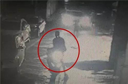 ▲监控记录下王某抢包后逃跑过程