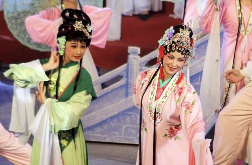 2012年9月24日,潮剧演员在广东省汕头市第四届潮剧节开幕式现场表演。 新华社发
