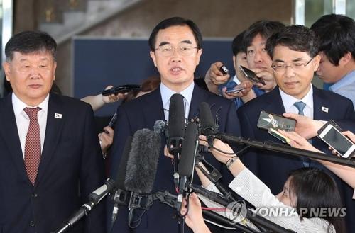 1日,韩方代表团赵明均参加会谈前接受采访