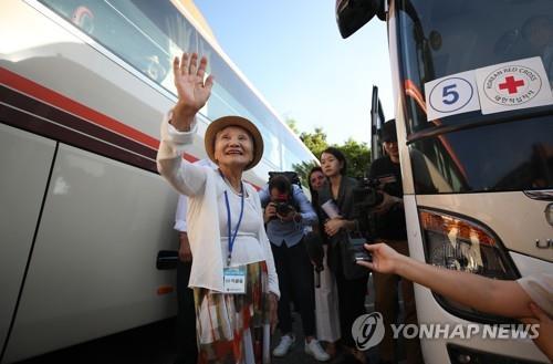 8月20日上午,在江原道束草市韩华度假村,一名探亲老人在乘车前挥手致意。(韩联社)