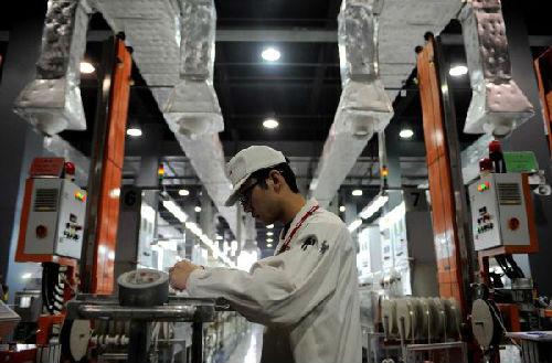 资料图:美国莫仕成都公司的员工在生产线上工作。(新华社)