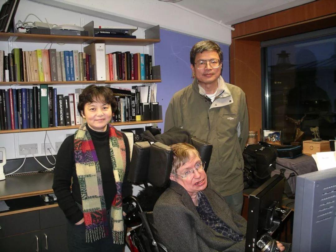 2004年,《时间简史》中文版译者吴忠超及其妻子杜欣欣在英国剑桥霍金办公室 图/受访者提供
