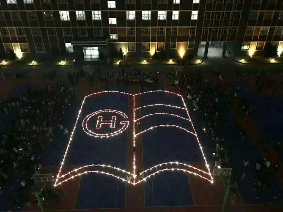 """500多部手机组成篮球场大灯光""""巨书"""" 呼吁学生"""