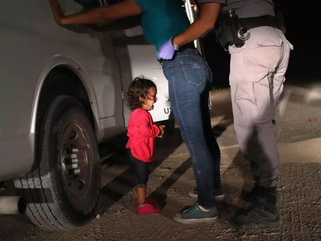 ▲母亲在美墨边境遭扣留,两岁的洪都拉斯小女孩放声大哭。