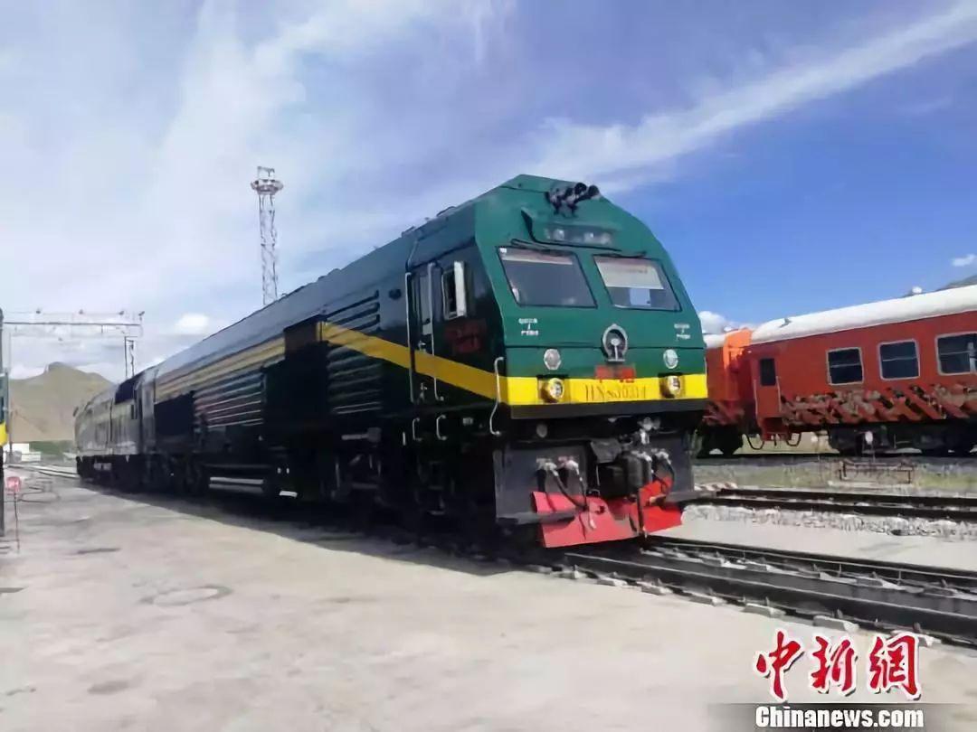 青藏铁路格拉线上的美国机车换成中国国产机车(图)