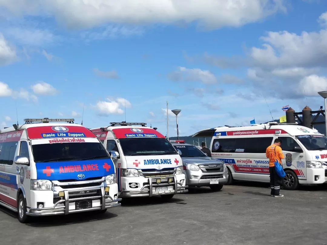▲当地时间2018年7月6日,泰国普吉岛,救援人员运送乘客遗体。图源/视觉中国
