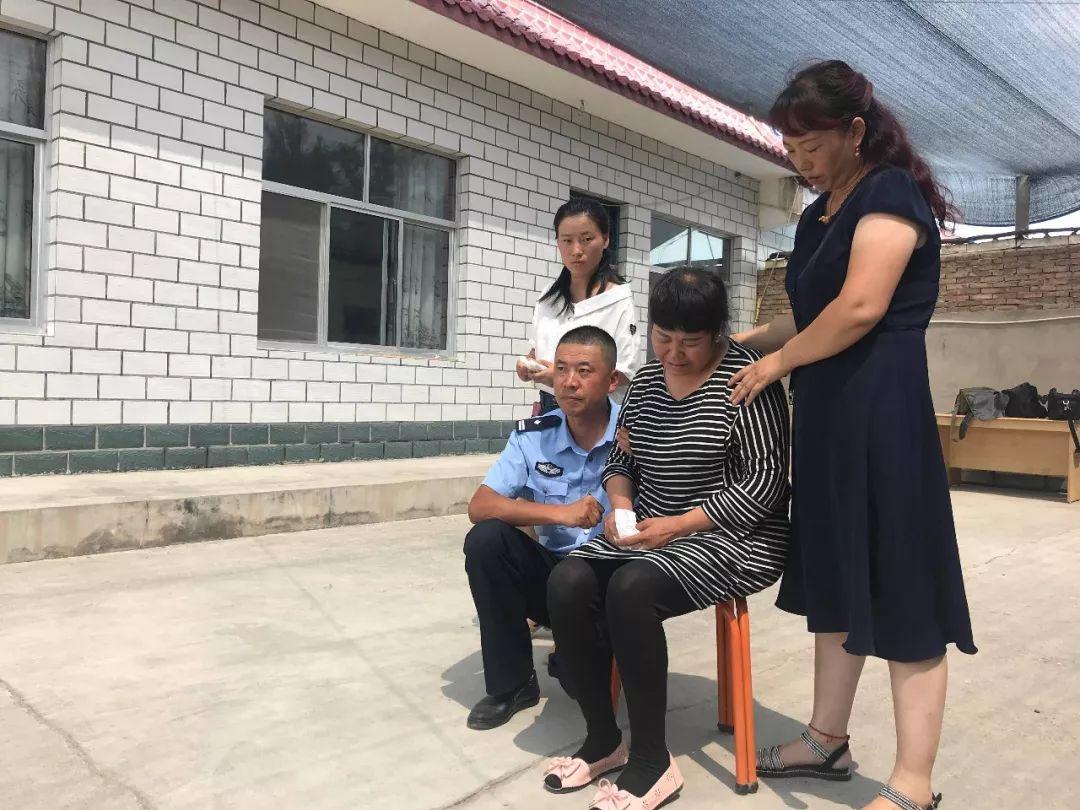 2018年7月31日,在镇北堡镇派出所所长张和平(左一)的陪同下,王永良家属接待前来慰问的领导。新京报记者秦宽 摄