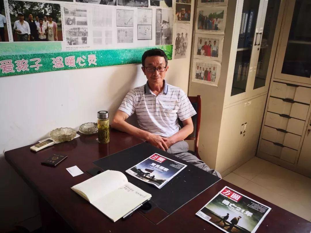 8月6日上午,在周圩村村委会办公室里,村委会副主任杨山林对记者介绍璇璇一家情况。