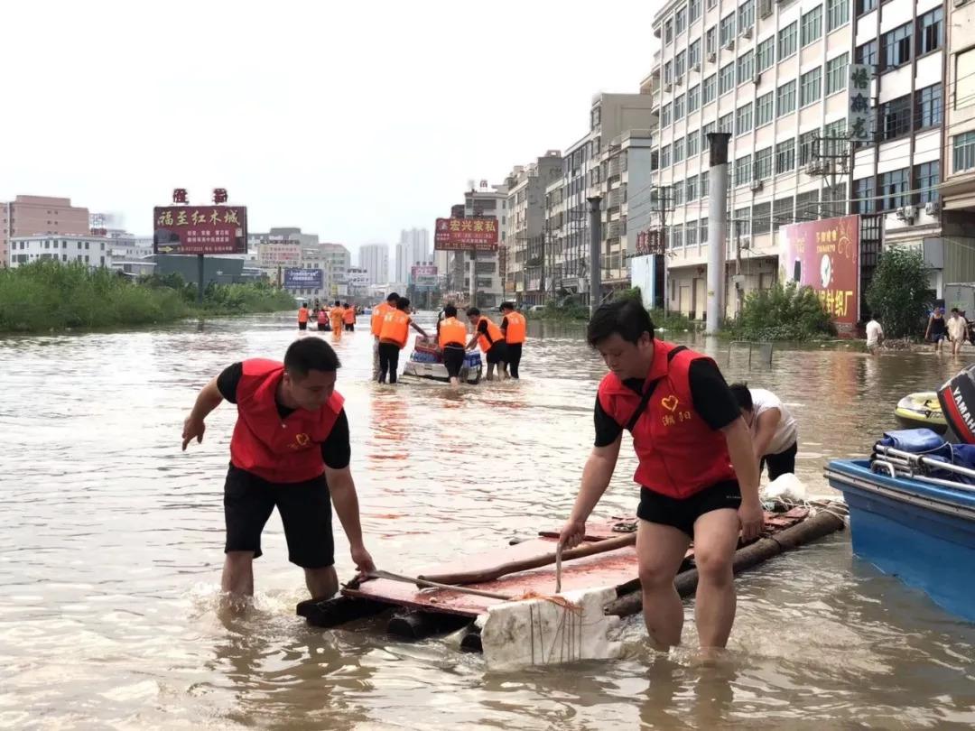 广东暴雨多个乡镇仍泡在水中 消防员用盆救出婴儿