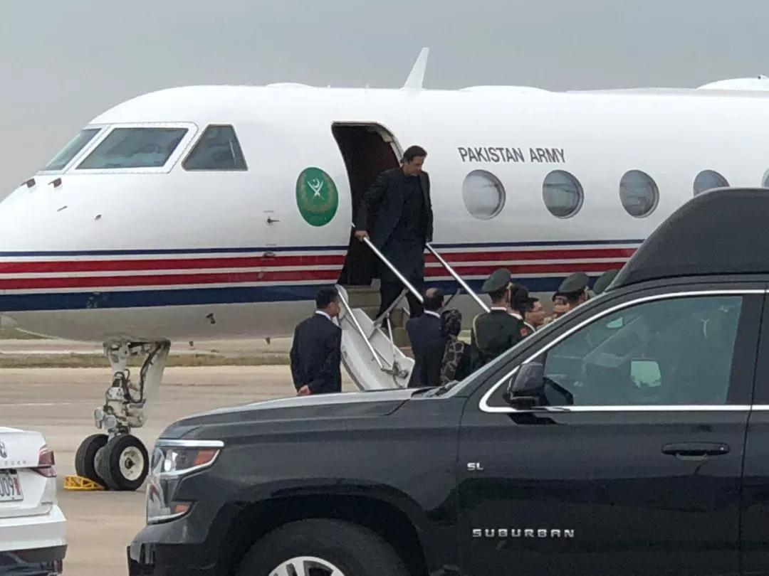 △11月4日下午,伊姆兰•汗乘专机抵达上海。(央视记者汪曙光拍摄)