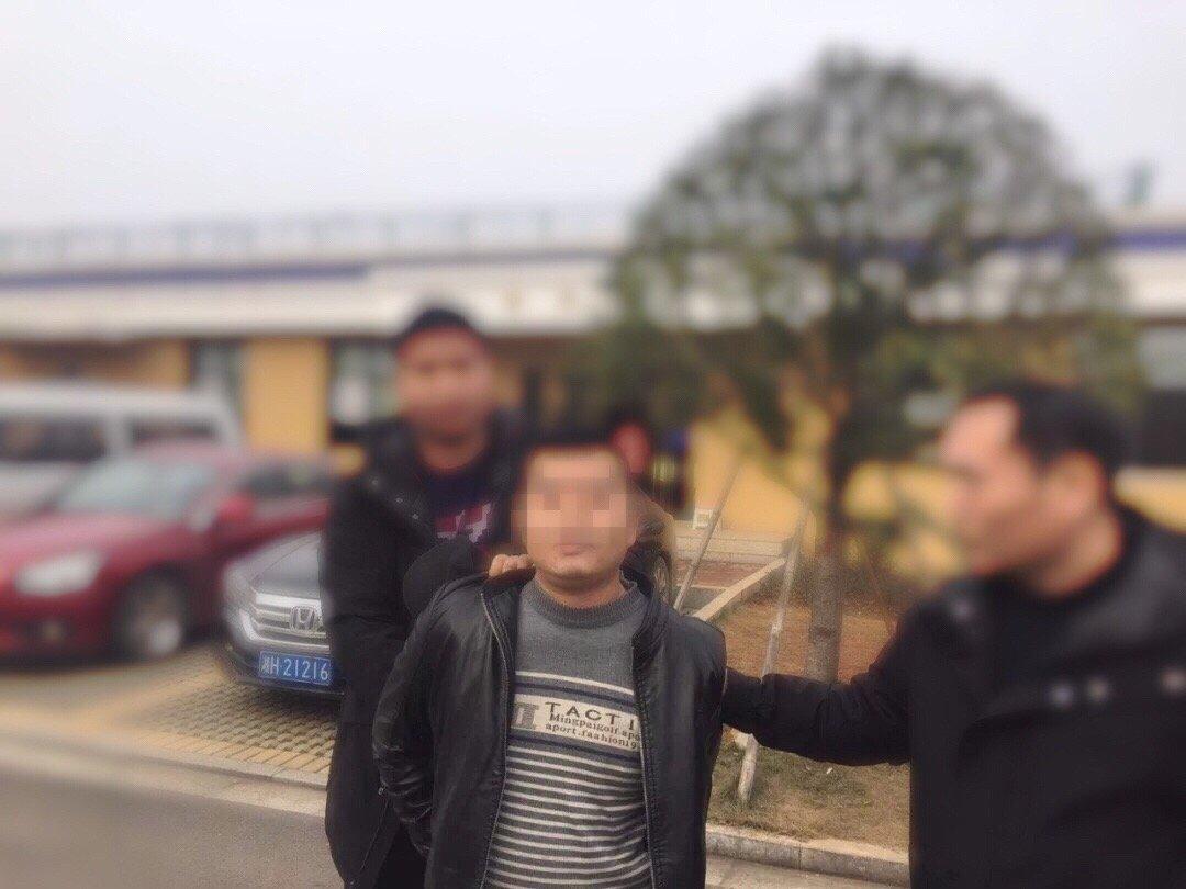 在逃人员刘某平被抓获。图片来源:益阳市公安局赫山分局微博