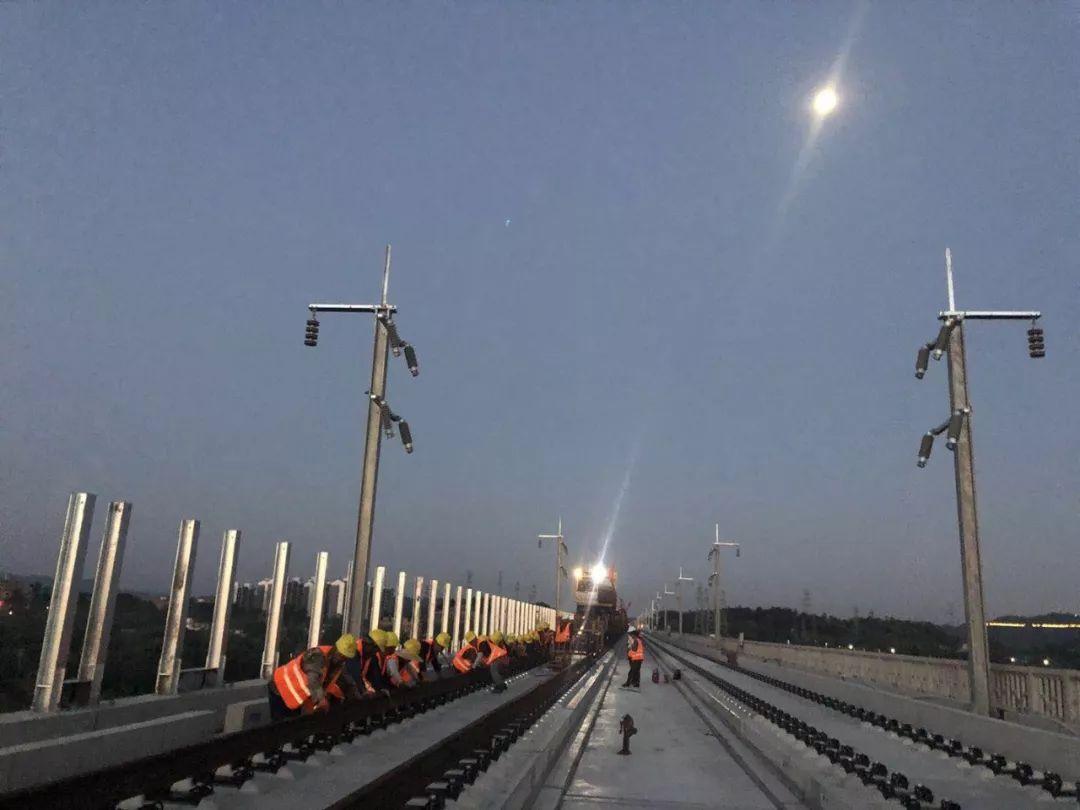 昌赣高铁搞大事啦 世界首座大跨度高铁斜拉桥铺轨图片