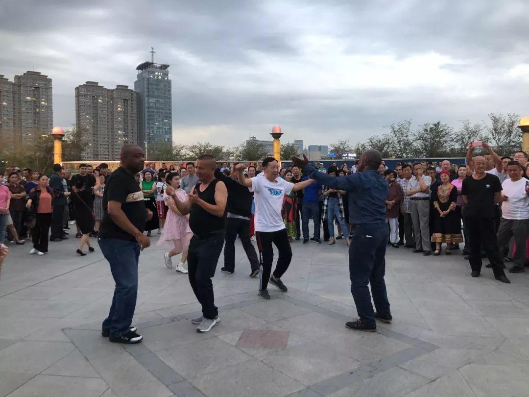 8月28日本国使节战黑鲁木齐本地公众正在北湖广场一路跳广场舞。