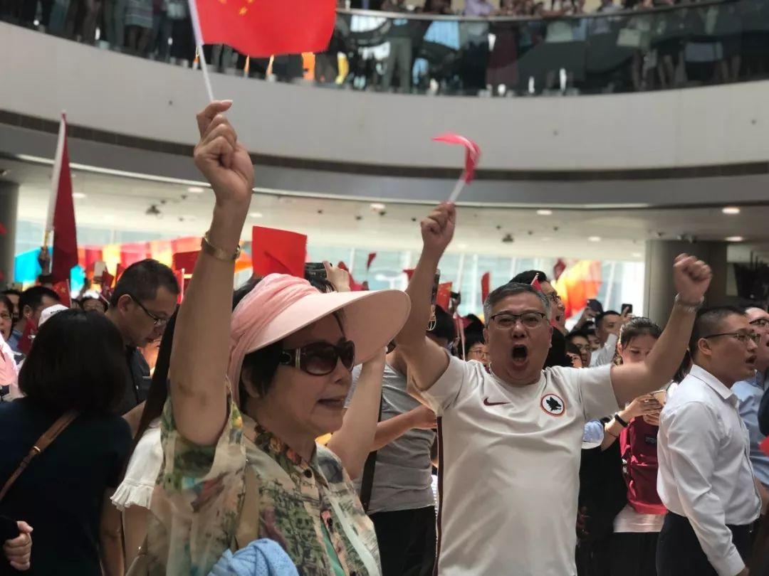 千人合唱国歌震中环曾有奶爸被暴徒殴打仍高唱