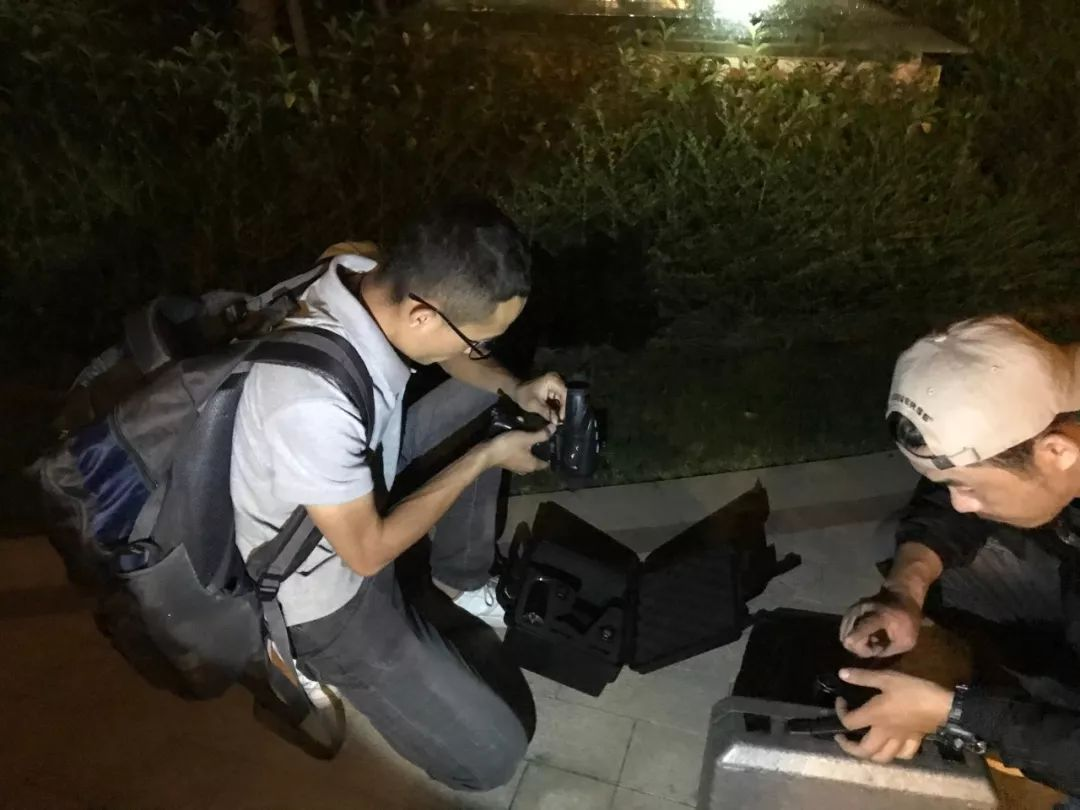 ▲9月25日晚,孙锦荣和宏宏在整理寻猫用的设备。新京报记者祖一飞 摄