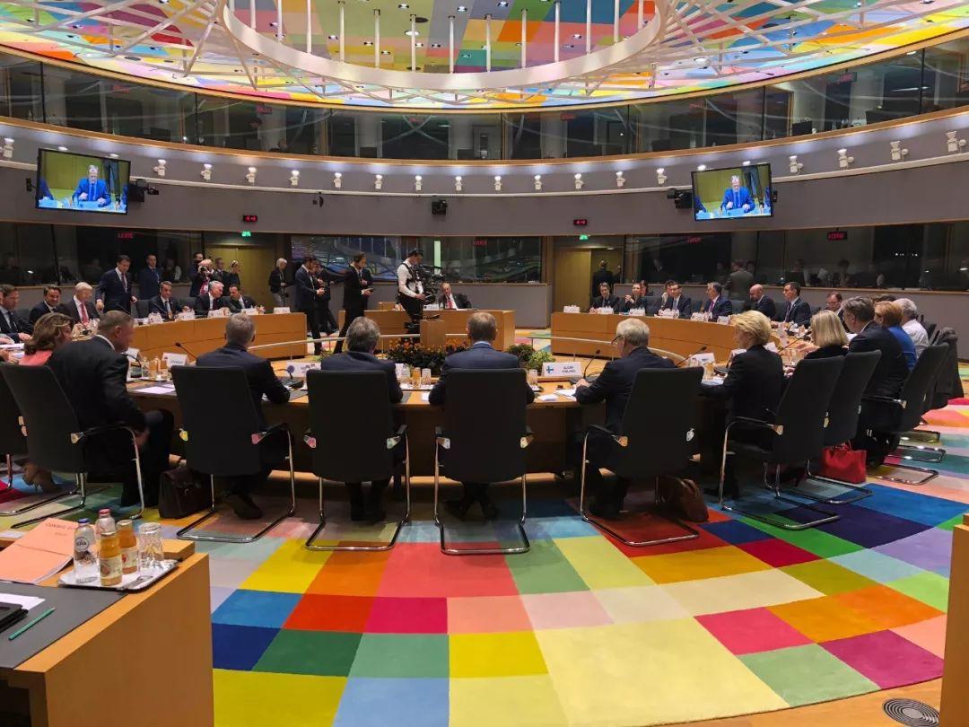 △图为欧盟峰会圆桌集会现场图