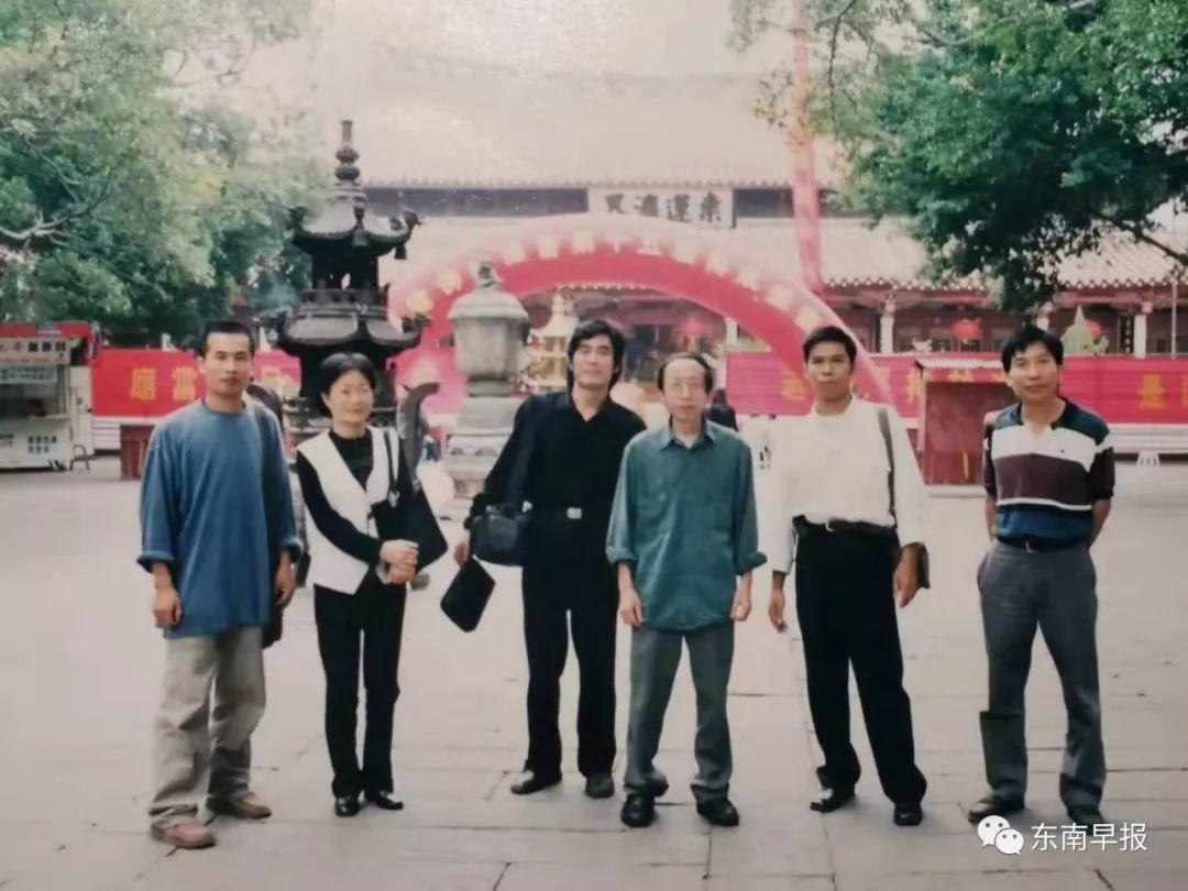 2001年,黄永砯(左起第四)走访开元寺。