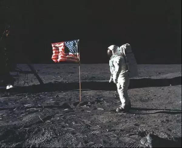 """""""登月第一人""""——尼尔·阿姆斯特朗在月球上插下美国国旗。来源:美国国家航空航天局官网"""