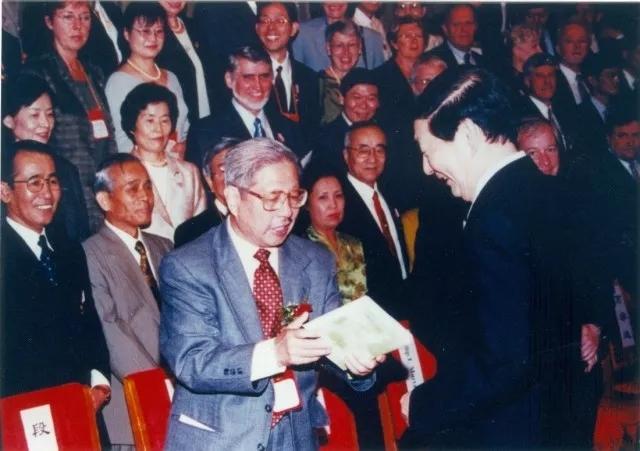 """1987年11月,南开与SOA签订合作协议 本文图片均来自""""南开大学金融学院""""微信公众号"""