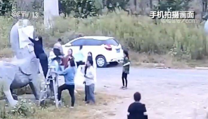 南朝石刻遭非法拓印:文物部门报警 涉案教师道歉