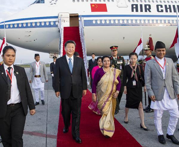 10月12日,国家主席习近平乘专机抵达加德满都,开始对尼泊尔进行国事访问。习近平步出舱门,尼泊尔总统班达里偕女儿乌莎在舷梯旁热情迎接。新华社记者李涛摄
