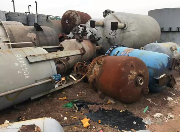 大量反应釜、储罐随意露天堆放图片来源:生态环境部官微