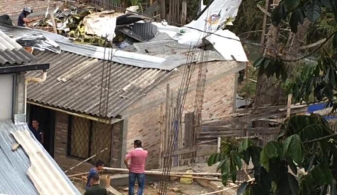 哥伦比亚一架小型飞机撞上民宅 7人死亡3人受伤(图)