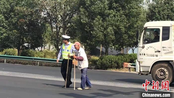 务农老人腿脚不便  暖心交警每天准时等候搀扶其过马路