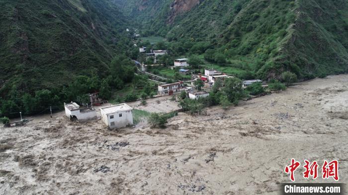 被山洪泥石流沉没的民房。丹巴宣提供