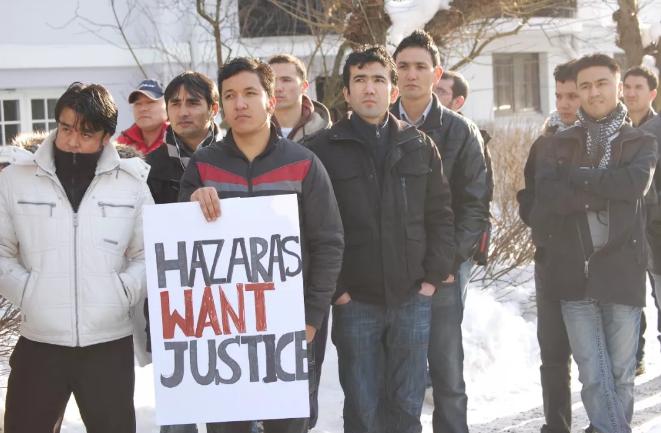 哈扎拉青年在抗议,牌子上写着:哈扎拉人要求正义