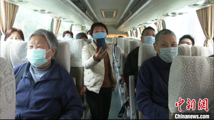 图为湖北籍游客集体乘车返程 陈祖 摄