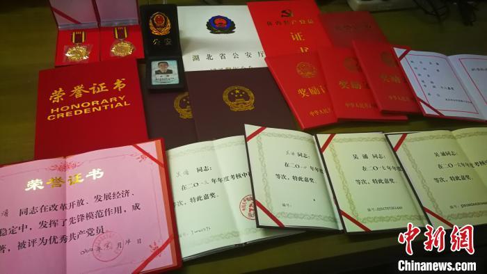 武汉社区民警倒在抗疫一线 社区群众同事倍感惋惜