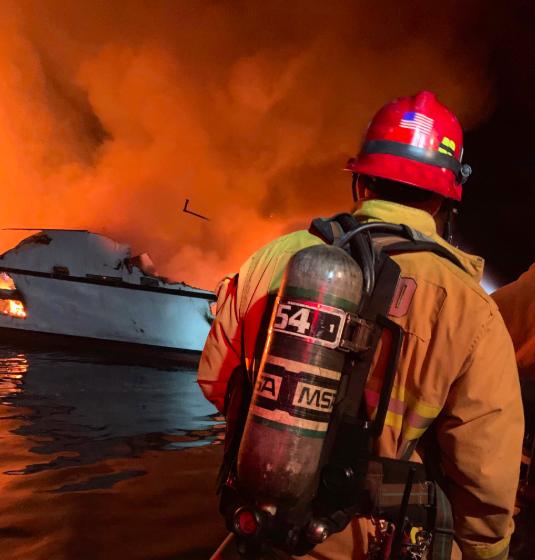 [精彩]美国加州一潜水支援船着火:34乘客失踪5船员获救