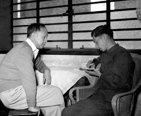 ▲著名科學家錢學森(左)回到祖國後接受新華社記者採訪(1955年10月攝)
