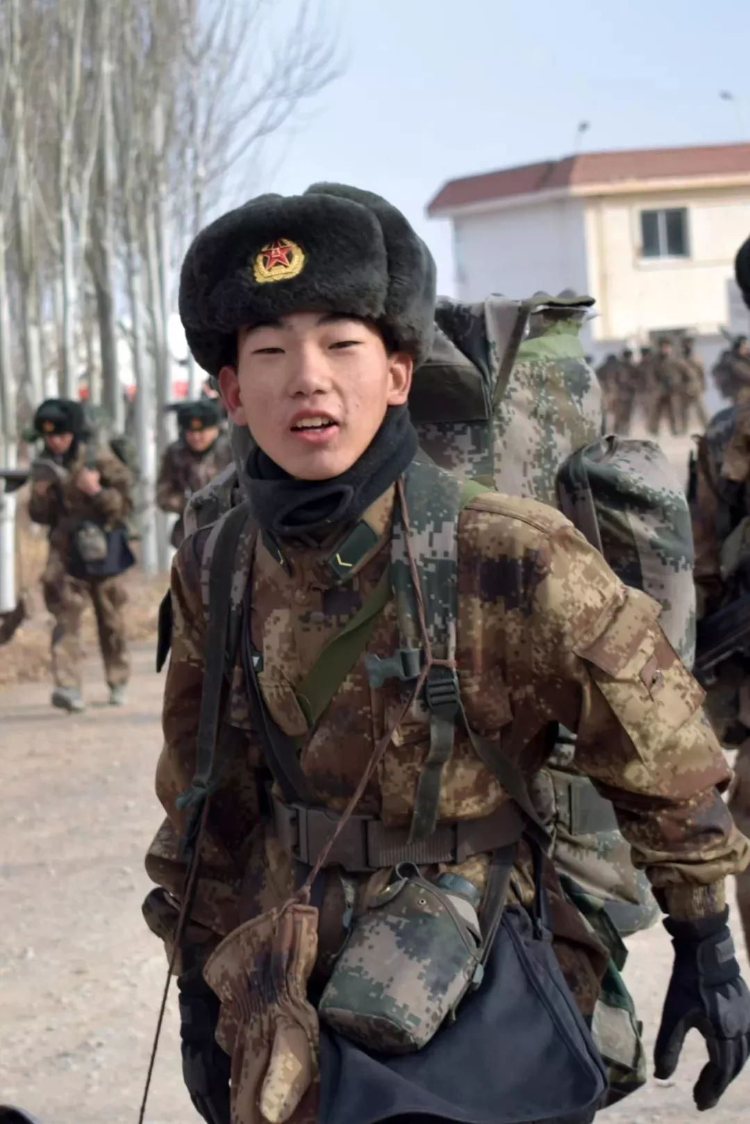 解放军高原实兵演习 19岁战士突发高原性休克牺牲