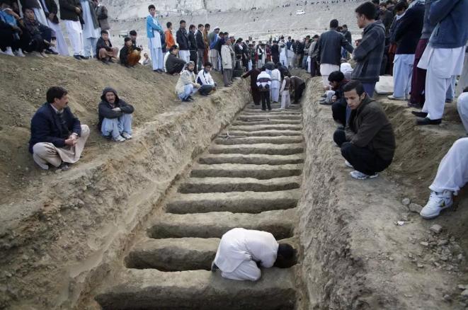 2013年2月奎达市场袭击案造成至少90人死亡,图中一男子正为遇难者掘墓。