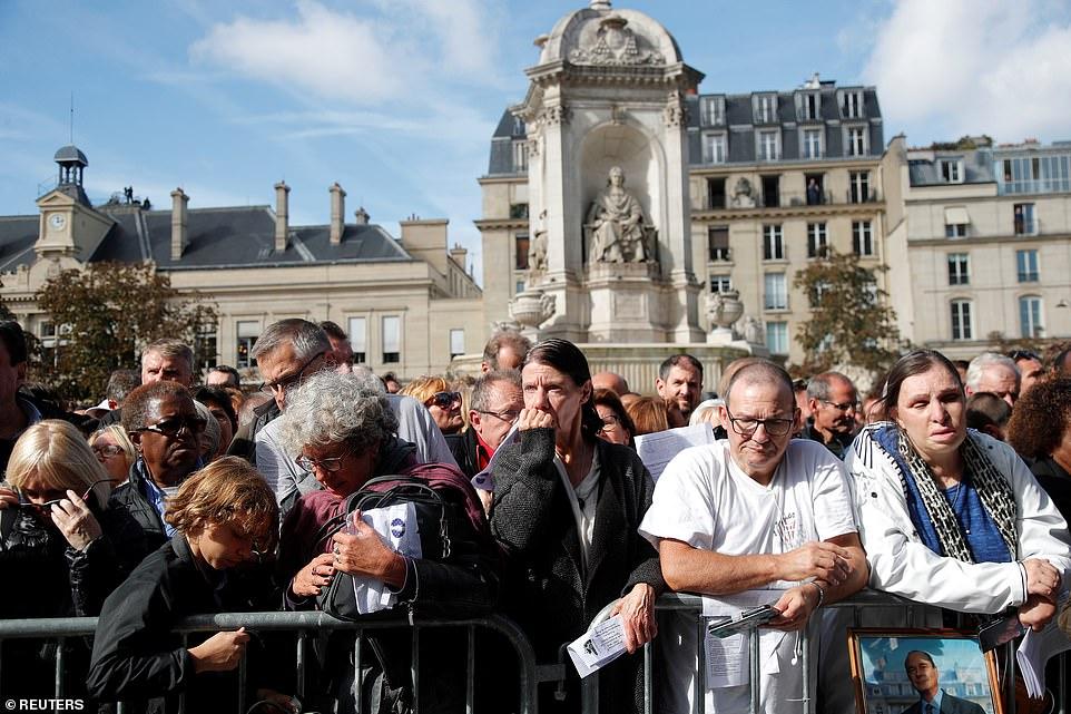 多量公众会萃正在举办葬礼的教堂中。(图:逐日邮报)