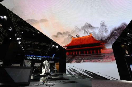 2月26日,华为、中国移动和瑞士ABB集团联合推出基于5G技术的远程控制机器人在西班牙巴塞罗那移动通信大会上亮相。(新华社)