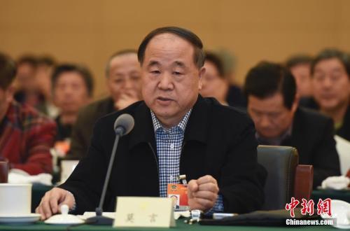 資料圖:莫言委員在北京參加全國政協十二屆三次會議文藝界聯組會併發言。 中新社發 廖攀 攝