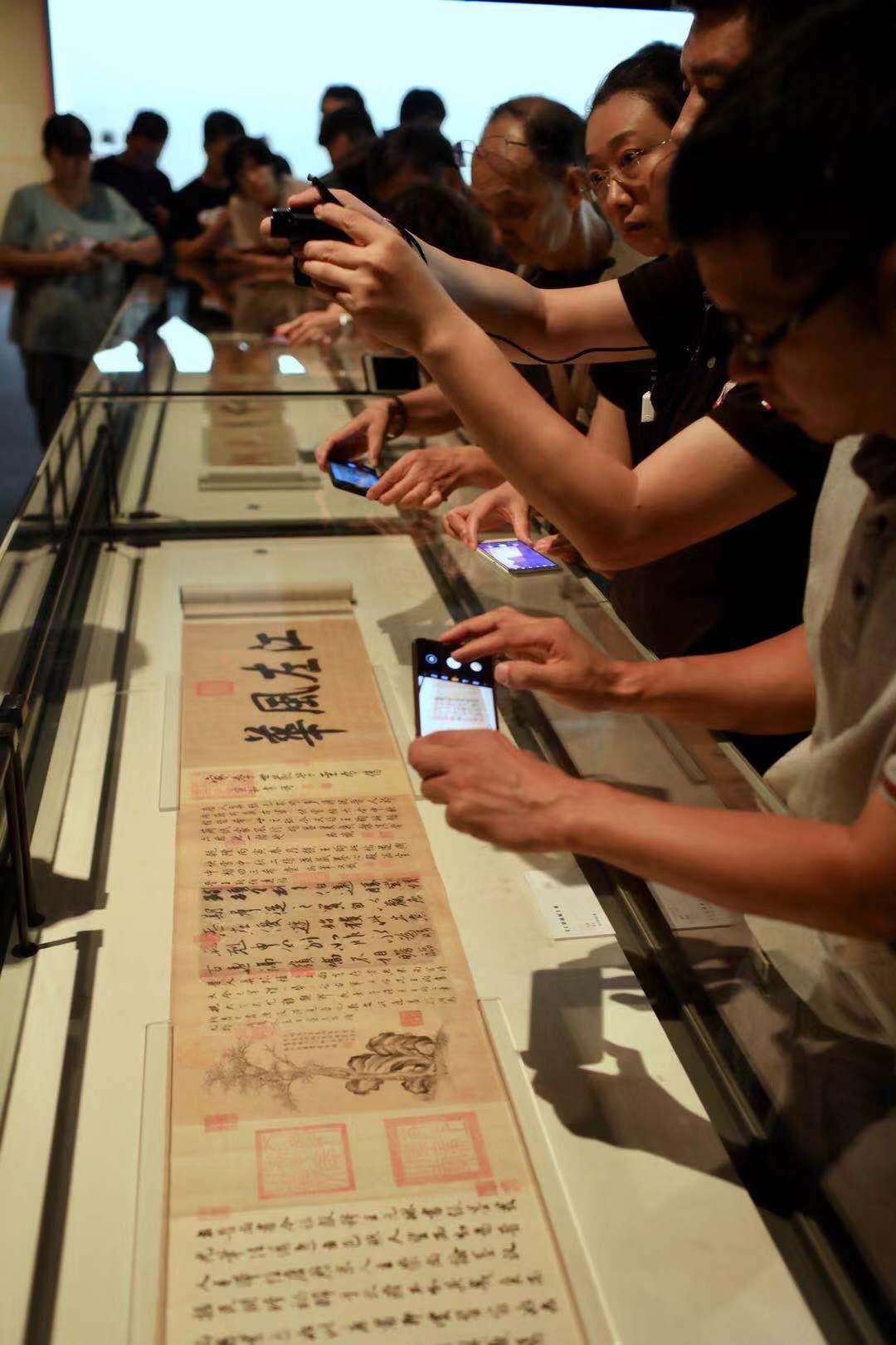 """《伯远帖》是新中国成立之初""""香港秘密收购文物小组""""在香港购回的大量文物中的代表。摄影/新京报记者浦峰"""