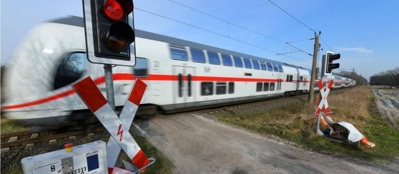 德国南部两列火车相撞 致两人死亡14人受伤