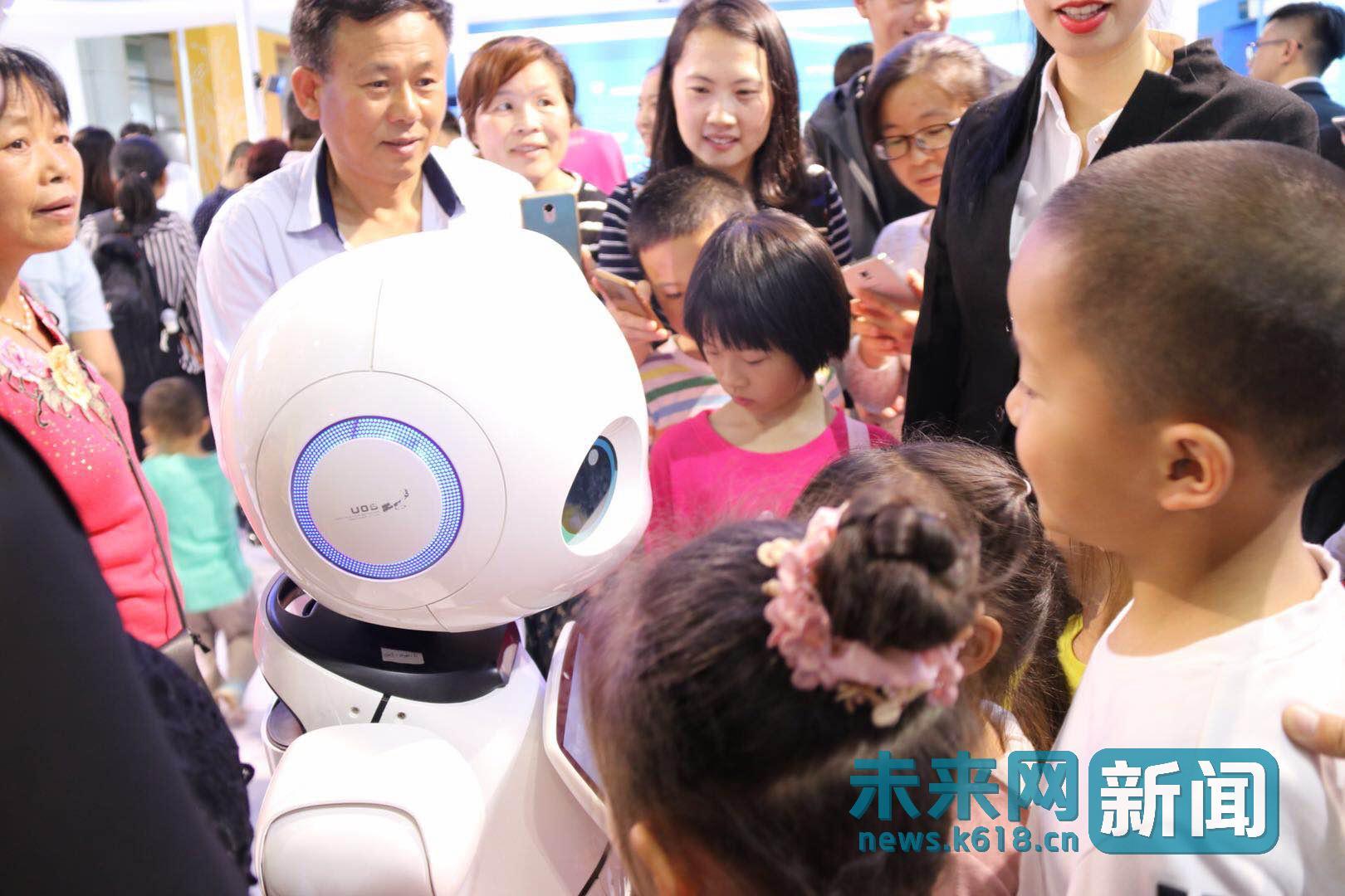 数字中国展览会机器人逗乐人群 人机互动激发青少年科技热情