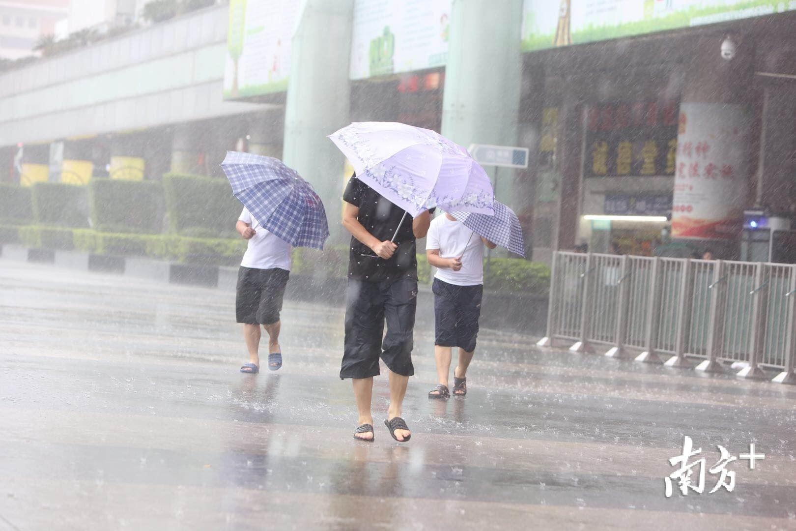 雨大到我看你不见!深圳雨势渐大,出门寸步难行