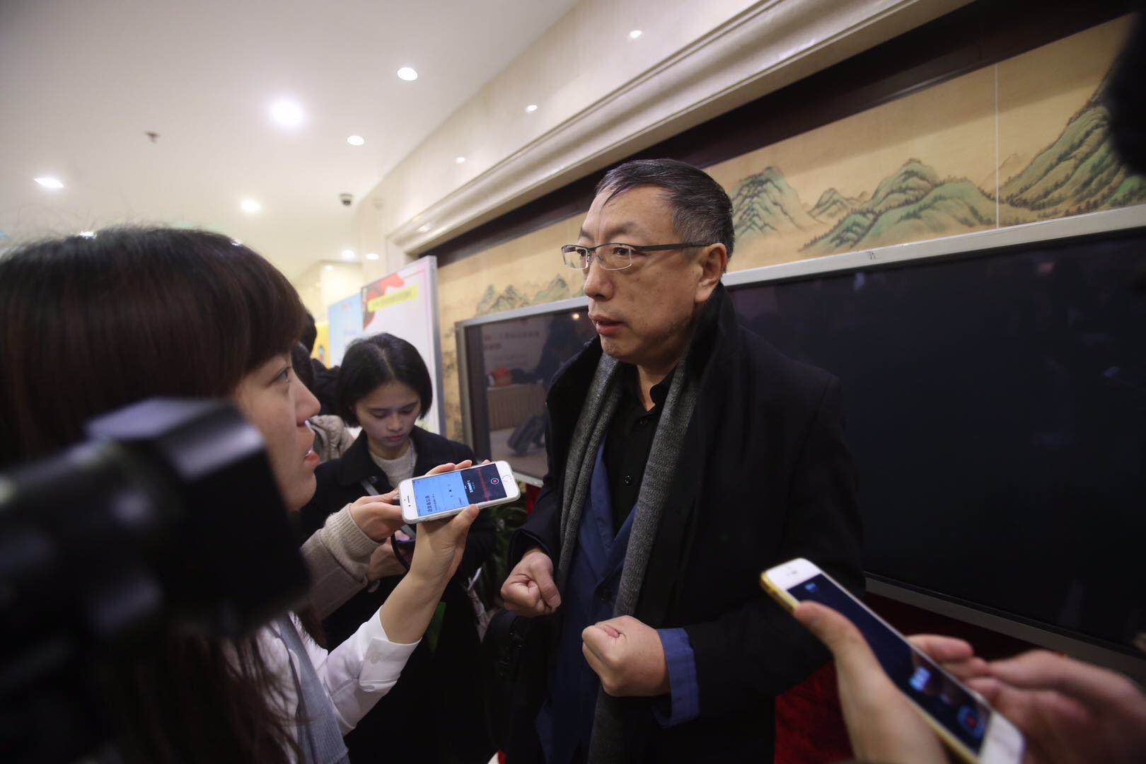 政協委員鄭實在五州大酒店報到接受記者採訪。新京報記者 王貴彬 攝