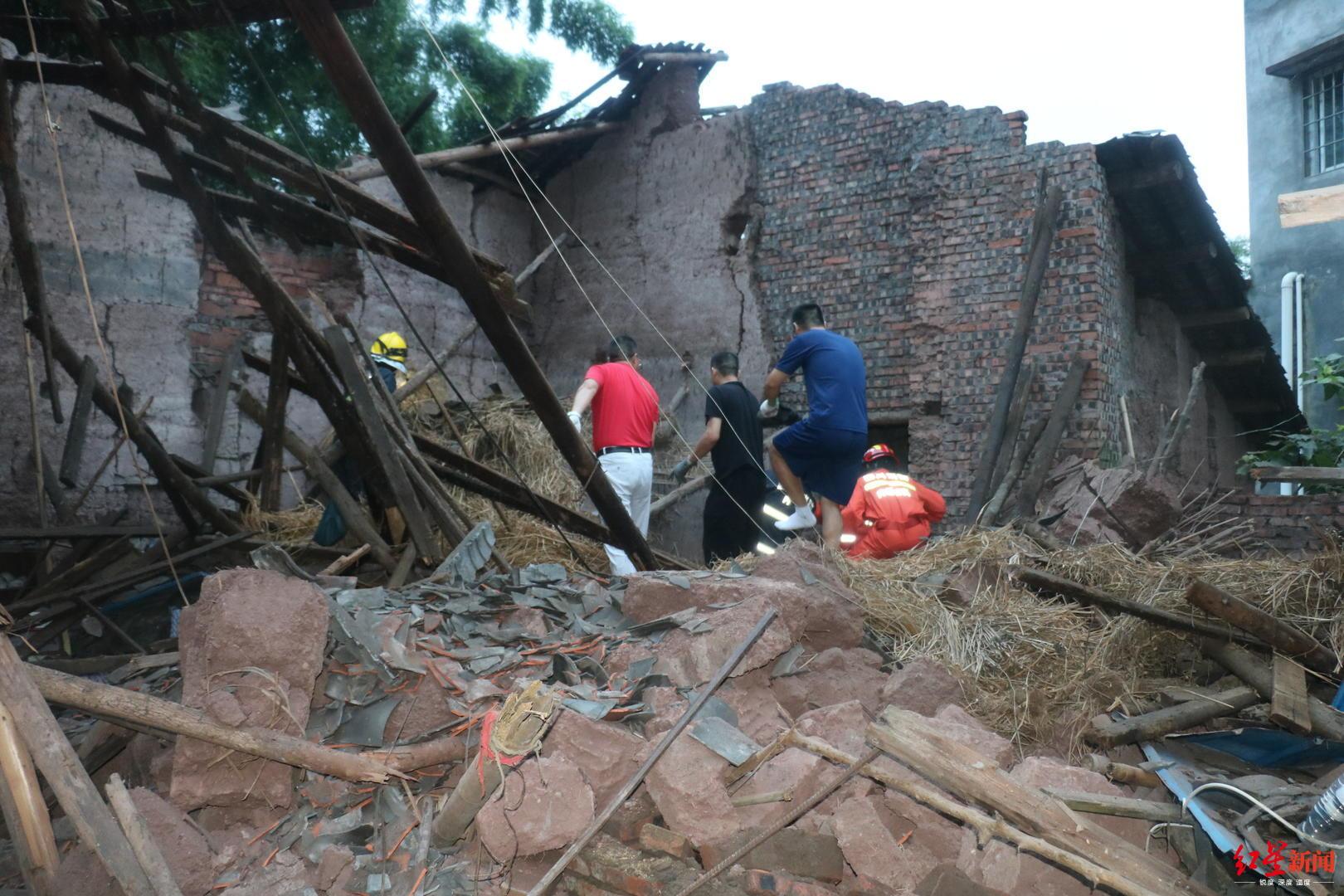 四川隆昌一民房房顶坍塌老人被困 10多分钟被成功救出